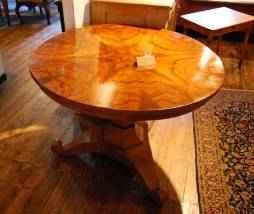 Runder Biedermeier Tisch mit gespiegeltem Funier
