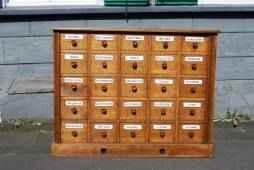 Apotheker- oder Schubladenschrank, Ladentheke