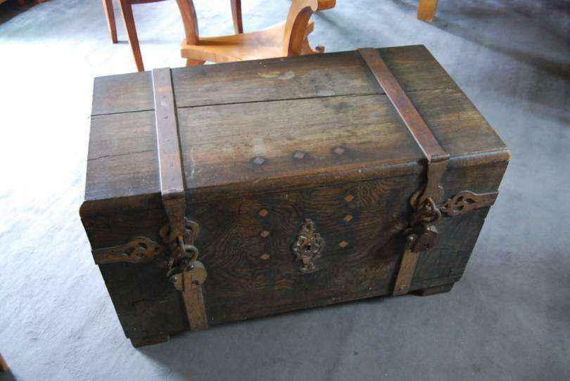 Schwere Schatztruhe (Kriegskasse) aus Eiche, ca. 1700