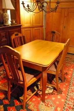 Ausziehtisch mit 4 Stühlen