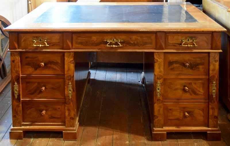 Schreibtisch mit Zentralverriegelung, Nussbaum, ca. 1840